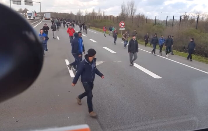 French hauliers block Calais border